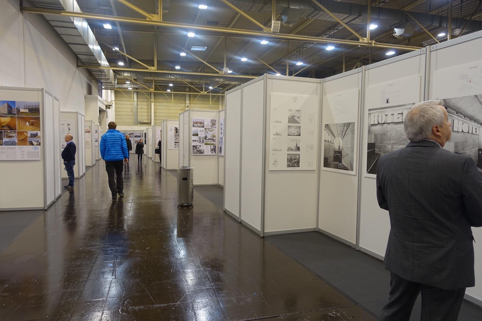 Ausstellung zum DeubauKom-Preis zwischen Halle 2 und 1