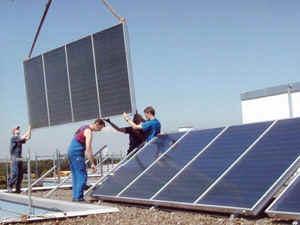 solaranlage-in-der-montage.jpg (19987 Byte)