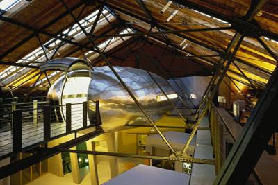 Konferenz-Kokon: Schwebender Konferenzsaal in denkmalgeschütztem Backsteinbau