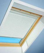 Jalousie, Rollo für Velux Dachfenster im ausgebauten zur Innenverschattung bei Sonneneinstrahlung