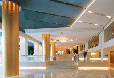 Lobby des Athener Hilton mit Akustikdecke und Klimadecke, versteckter Klimatechnik hinter der abgehängten Decke