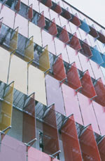 Sonnenschutzsteuerung, Linearantrieb, Glaslamellen, Fassadengestaltung, Glaslamellen, Vertikallamellen, farbiges Glas, Sonnenschutzfassade, Gebäudeleittechnik, GLT