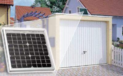 automatisches / fernbedienbares Garagentor mit mit Notentriegelung und Garagentorantrieb mit Akku und Solarzelle auf dem Garagendach ideal für Garagenhöfe ohne Stromanschluss