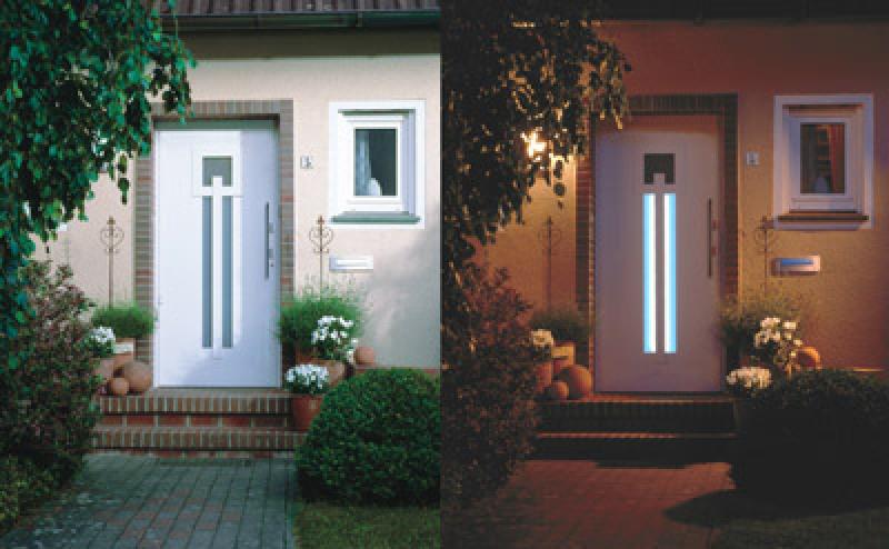 Haustür mit LED-Leuchten im Türblatt