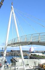 Fußgängerbrücke, filigranes Brückenbauwerk, Brückenbau, Zugstäbe, Stahlkonstruktion, Zugstab-System, Feinkornbaustahl, Baustahl, Stahlguss, Hängebrücken