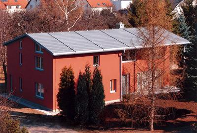 Solarwärme, Solarthermie, Solarwärmeanlage, Solaranlage, Solarwärmeanlagen, Solaranlagen, Wärmepumpenheizung, Wärmepumpe, Solarkollektor, Warmwassererwärmung, Zinkdach, Metalldach, Titanzin, Metalldach, Zinkdach, Solararchitektur, QUICK STEP-Treppendach