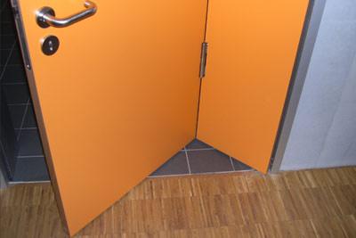 Falttür, überbreite Tür, rollstuhlgerechte Türen, Innentüren, behindertengerechte Toilettentür, Sondertür, Türdrücker, Türband, Raumspartüren