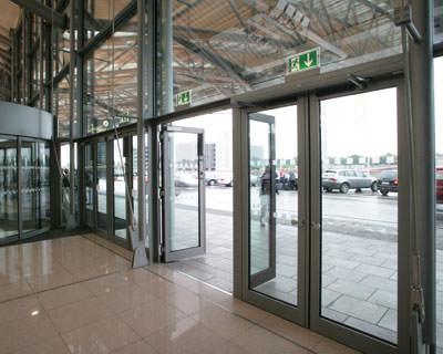 Fluchtweg, Fluchtwege, Automatiktüren, Automatiktür, Drehflügeltür, Drehflügeltüren, Eingangsbereich