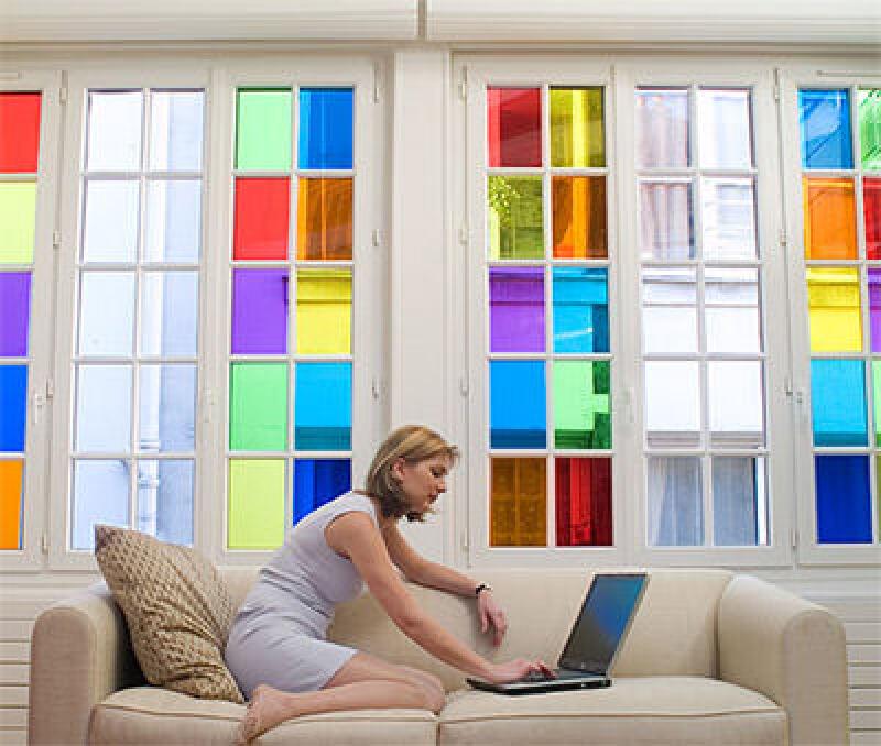 beklebte Fensterscheibe, Fensterfolie, Klebefolie, Buntglas, farbiges Glas, Glasscheibe, Fensterscheiben, Fensterfolien, Milchglasscheibe, koloriertes Glas, one way mirror, halbdurchlässige Spiegel, Einwegspiegel, teildurchlässiger Spiegel