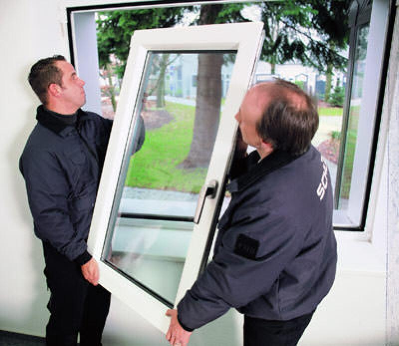 2 Männer tauschen ein Fenster aus