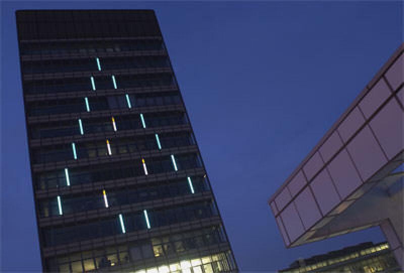 Elektrolumineszenz, Elektrolumineszenz-Paneele EL, Licht, Flächenlichtquelle, energieeffiziente Beleuchtung, Fraunhofer-Institut für Zuverlässigkeit und Mikrointegration IZM, leuchtende Kunststoff, großflächige Lichtquelle, Glühlampe, Leuchtstoffröhre, Polymere, Leuchtdioden, LED, Leuchtdiode, SMART PLASTIC