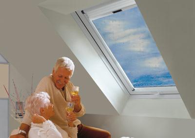roto nennt 39 s aquaclear wohndachfenster mit reinigungsunterst tzendem spezialglas klapp. Black Bedroom Furniture Sets. Home Design Ideas