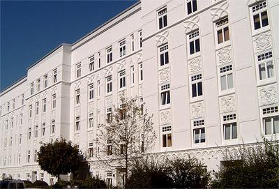 frisch gestrichenes Gebäude ohne Fassadenverschmutzung