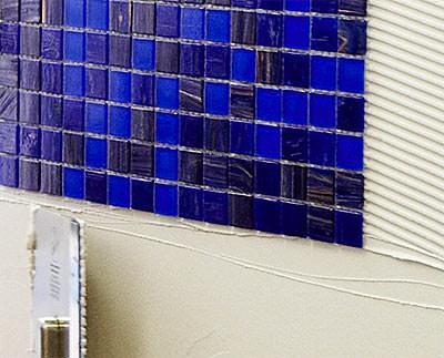 Glasmosaik, Glasfliesen, Dünnbettkleber, Glasmosaikkleber, Glasfliesenkleber, Mittelbettkleber, durchscheinender Naturstein, Glasfliese, Glasoberfläche