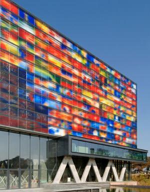 Glasfassade bunt  Wenn ein audiovisuelles Medieninstitut eine Fassade braucht ...