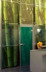 Glasdesign, laminiertes Glas, bedrucktes Flachglas, Design mit Glas, Sand gestrahlte Glasscheiben, Ornamentglas, gesandstrahlt, Überfang-Sandstrahlung, Fensterglas, Glasfassade, bedruckte PVB-Folien, Verbund-Sicherheitsglas, Logos, Ornamente, Digitaldruck, sandstrahlen