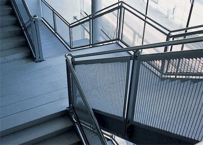 Treppenbau, Treppen, Treppe, Treppengeländer, Geländerfüllung, gestanztes Metall, pulverbeschichtetes Stahlblech