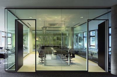 Flurwand, Glaswand, verklebte Glasscheiben, Ganzglaswand, Trennwand, Raumteiler, Gläserne Raumsysteme, Verklebung der Glaselemente