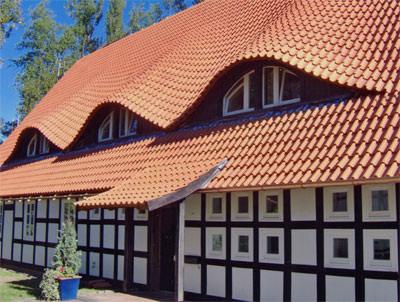 Hohlziegel, Fachwerkhaus, keramische Dachhaut, Aufschnittdeckung, Fledermausgauben, Fledermausgaube, Dachsanierung, Reetdach, Kopfverfalzung, Ziegeldeckung, Seitenverfalzung