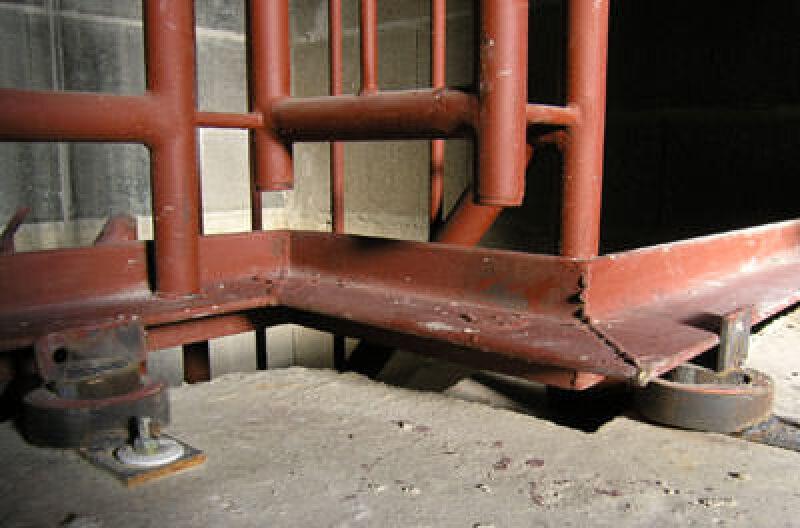 Isoconnex-Entkopplungselemente, Schallentkopplung, Körperschall, Trittschallschutz, Treppe, Schallschutz, Treppen, Treppenbau, Schallisolierung,Entkopplungselement, Trittschallpegel,  Moosgummiunterlage, Stahltreppe
