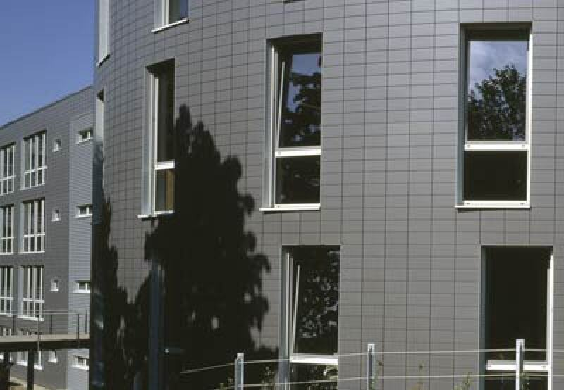 Fassadengestaltung, Keramikfassade, Vorhangfassade, Keramikfassaden, keramische Fassadensysteme, Gebäudefassade, Vorhangfassaden, Backsteingotik, Lamellenfassade, Pilaster, Lamellenziegel, Pfosten-Riegel-Konstruktion, Sonnenschutz, Sichtschutz