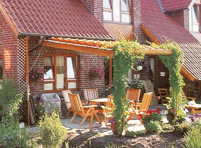 holz und pflanzen der nat rliche sonnenschutz holzpergola gartenlaube pavillon aus thermoholz. Black Bedroom Furniture Sets. Home Design Ideas