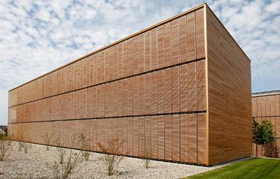 Holzarchitektur, Holzverkleidung, transparente Holzfassade, Holzlamellen, Fassadenmaterial, Holzpfosten-Riegel-Konstruktion, Stahlunterkonstruktion, Verglasung