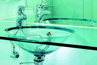 Zwischen glaswaschbecken glasfliesen und glasheizung for Glasfliesen bad
