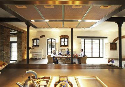 inspiration historisches gem uer mit modernem naturholzboden. Black Bedroom Furniture Sets. Home Design Ideas