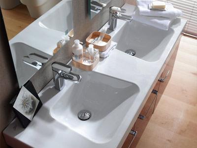 trapezk nstler im badezimmer badkollektion mit doppelwaschtisch und trapezf rmigem handwaschbecken. Black Bedroom Furniture Sets. Home Design Ideas