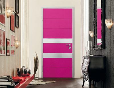 Tekno-Tür, stark in Farbe und Konstruktion