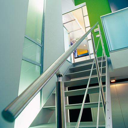 designtreppe in xl f r den ffentlichen raum doppelwangige treppe mit eingeschraubten stufen. Black Bedroom Furniture Sets. Home Design Ideas