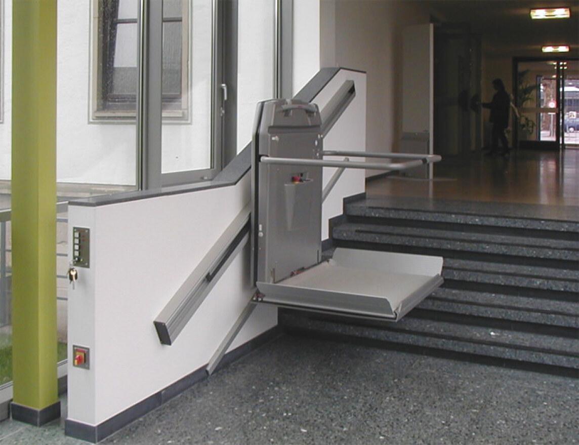 treppenlift und rampe vor gericht plattformlift f r barrierefreie treppe. Black Bedroom Furniture Sets. Home Design Ideas