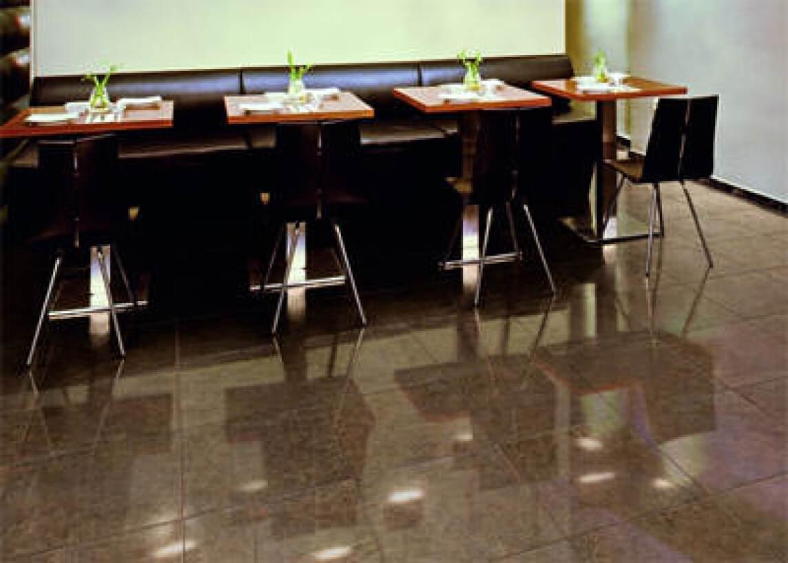bodenfliesen mit zarter mattierung und metallischen effekten durchgef rbte feinsteinzeug. Black Bedroom Furniture Sets. Home Design Ideas