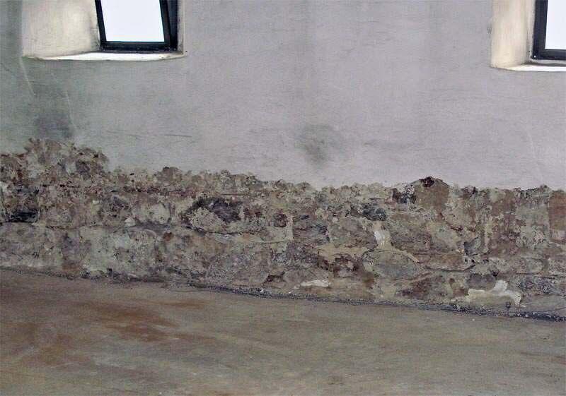 feuchte Wand sowie stellenweise abgeschlagener oder hohl liegender Putz