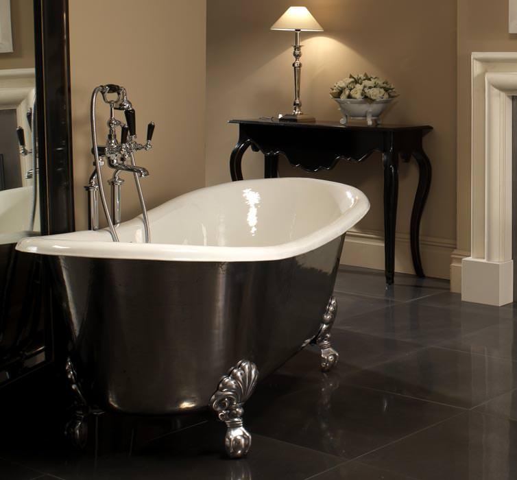 badewannen aus emailliertem gusseisen gekleidet in kupfer blei oder leder gusseisenwanne mit. Black Bedroom Furniture Sets. Home Design Ideas