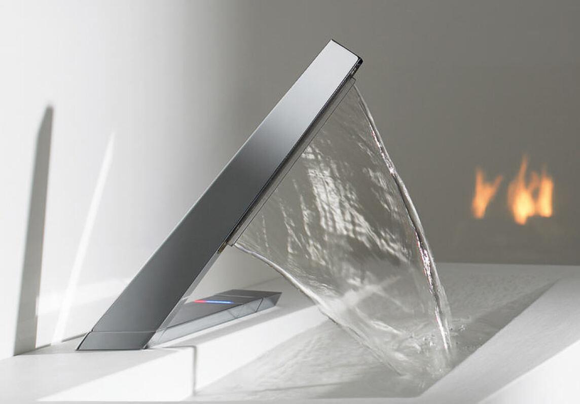 eine skulpturale waschtischarmatur f r einen vorhang aus wasser. Black Bedroom Furniture Sets. Home Design Ideas