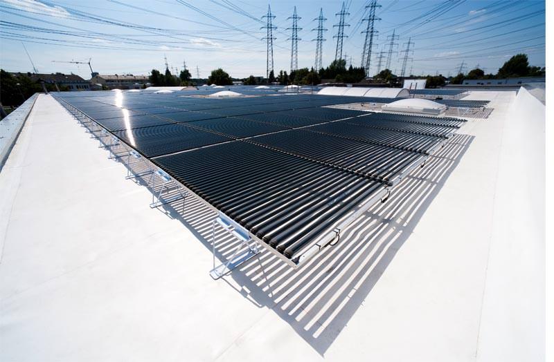 solyndra solar auf rhepanol fk wei eine sache der reflexion pv anlage mit wei er dachbahn. Black Bedroom Furniture Sets. Home Design Ideas