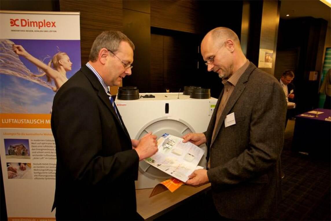 Gastgeber Dr. Jan Witt, HEA,(m.), im Gespräch mit Peter Rathert, BMVBS, (r.), und Wilhelm Reiners