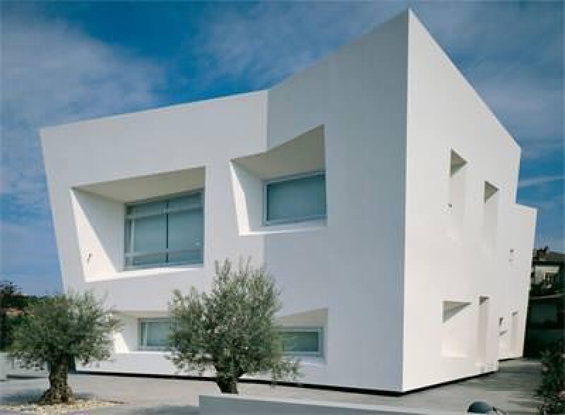 weißes extravagantes Haus mit VHF