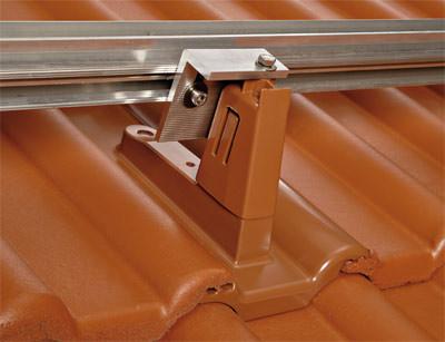 braas mit neuen produkten f rs geneigte dach granat 13v als farbiger dachziegel und. Black Bedroom Furniture Sets. Home Design Ideas