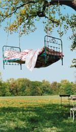 Bett im Baum - PR-Bild vom Bundesverband Garten-, Landschafts- und Sportplatzbau e.V. (BGL)
