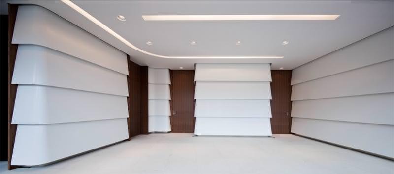 corian fassade in m nchen zieht sich von au en nach innen durch. Black Bedroom Furniture Sets. Home Design Ideas