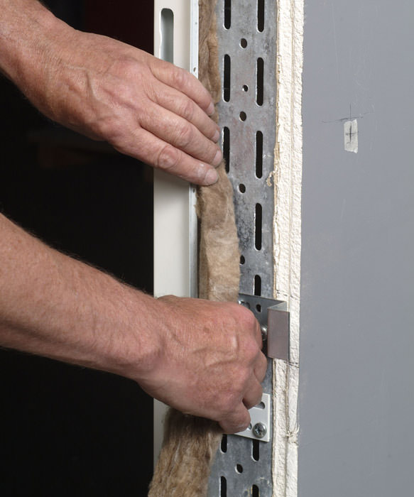 Stahlzarge einbauen  Verdeckte Eckzargen-Befestigung für Sichtmauerwerk und Beton ...