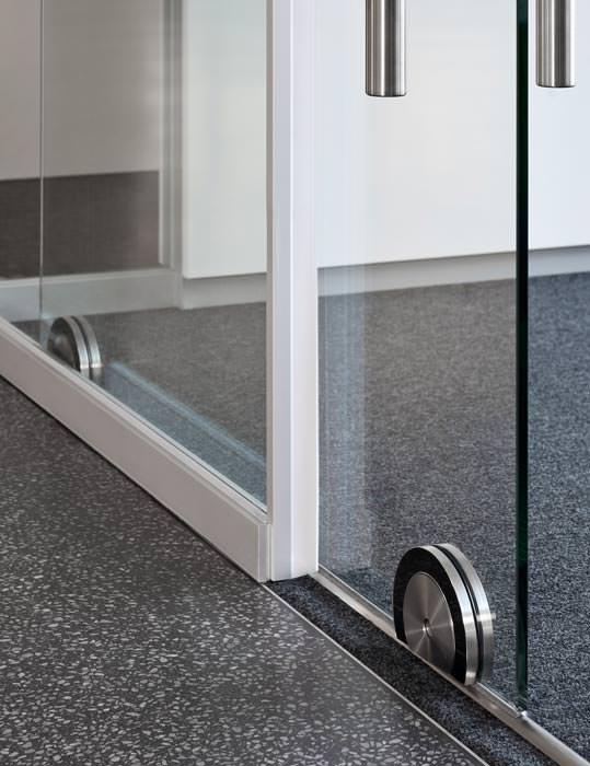 neu von feco schalld mmende glas schiebet r ohne rahmenkonstruktion. Black Bedroom Furniture Sets. Home Design Ideas