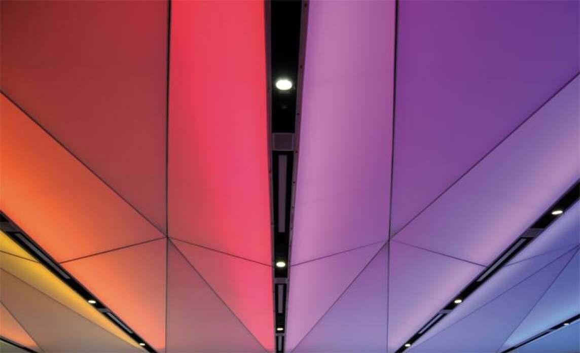Licht- und Akustikdecken im Vortragsaal des TÜV München