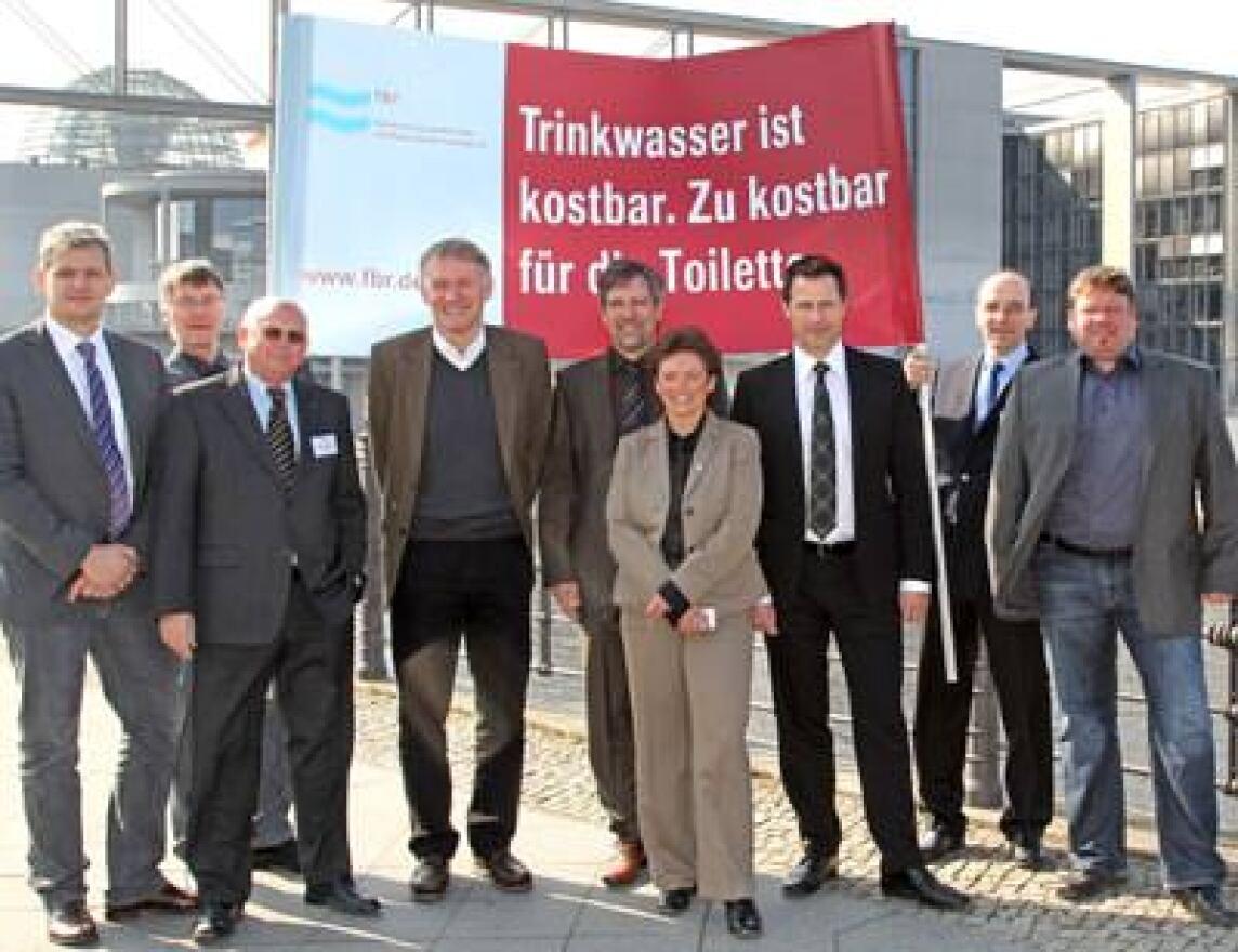 Mitglieder der Fachvereinigung Betriebs- und Regenwassernutzung vor dem Reichstag