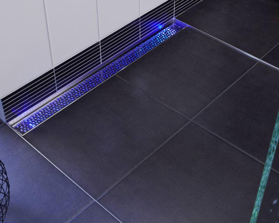mehr als eine beleuchtete duschrinne aco showerdrain e llumination signallicht leitsystem. Black Bedroom Furniture Sets. Home Design Ideas