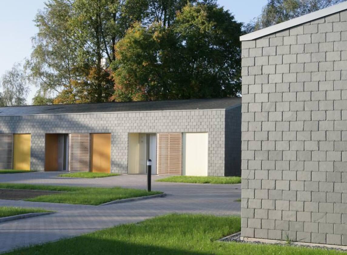 betreutes wohnen monolithisch in polargr nen schiefer gekleidet schieferfassade und. Black Bedroom Furniture Sets. Home Design Ideas