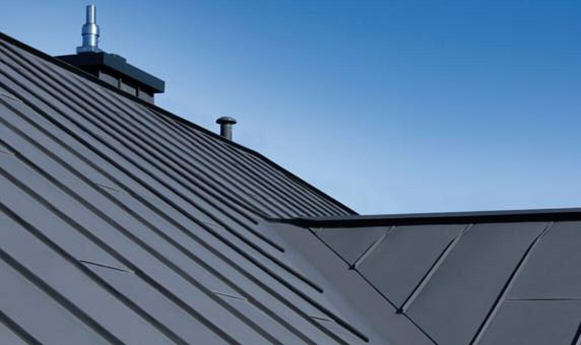klassische moderne auf dem dach mit dark falzinc neu von kalzip. Black Bedroom Furniture Sets. Home Design Ideas